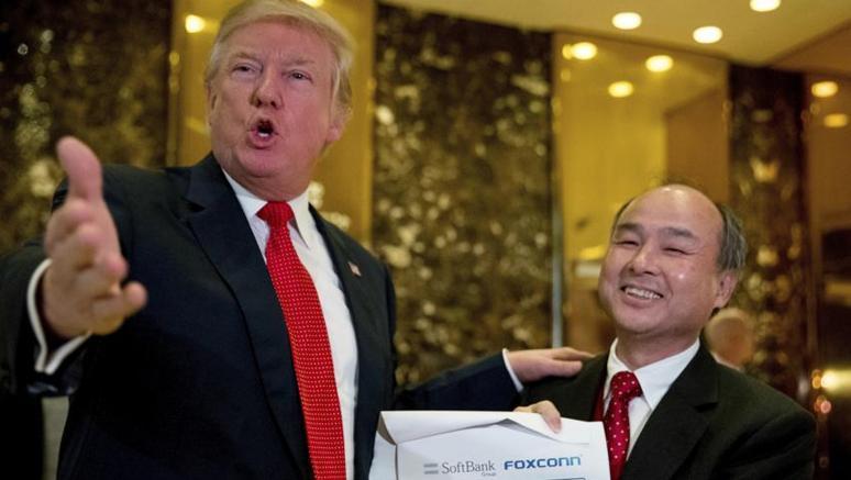 Donald Trump con il ceo di SoftBank  Masayoshi Son. Il manager giapponese ha promesso di investire 50 miliardi di dollari in Usa per creare 50mila posti di lavoro